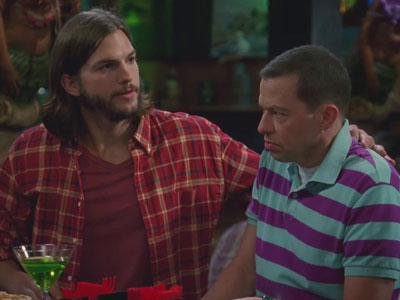 Two and a Half Men | 906 | Walden and Alan kiss